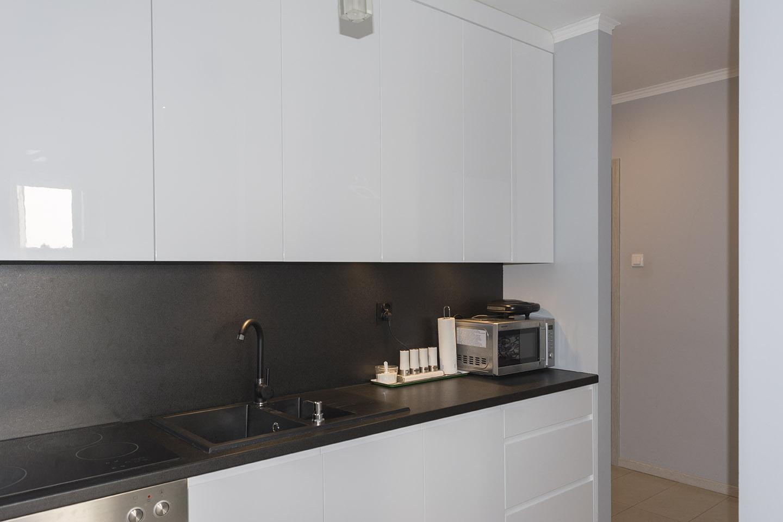 Biała kuchnia lakierowana w połysku z czarnym blatem  Komodo -> Kuchnia Wenge Z Czarnym Blatem