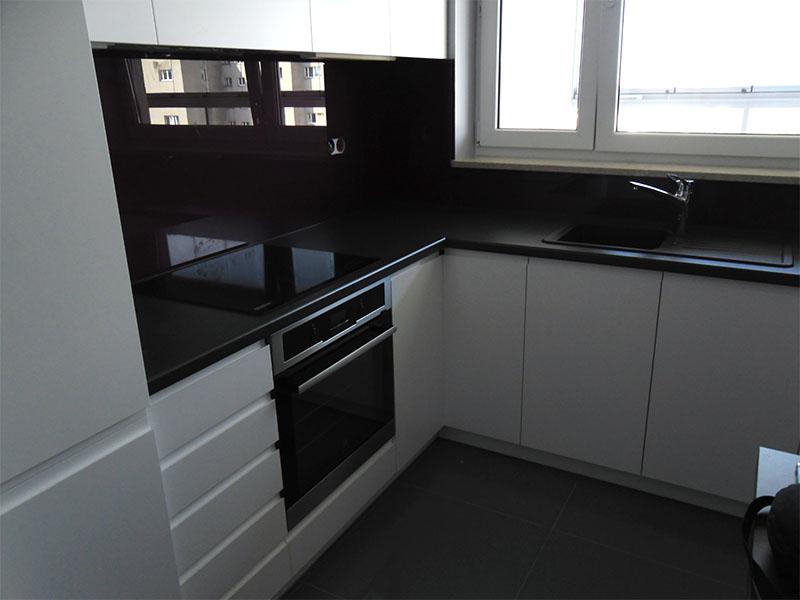 Biała kuchnia ze szkłem  Komodo -> Biala Kuchnia Czarny Blat