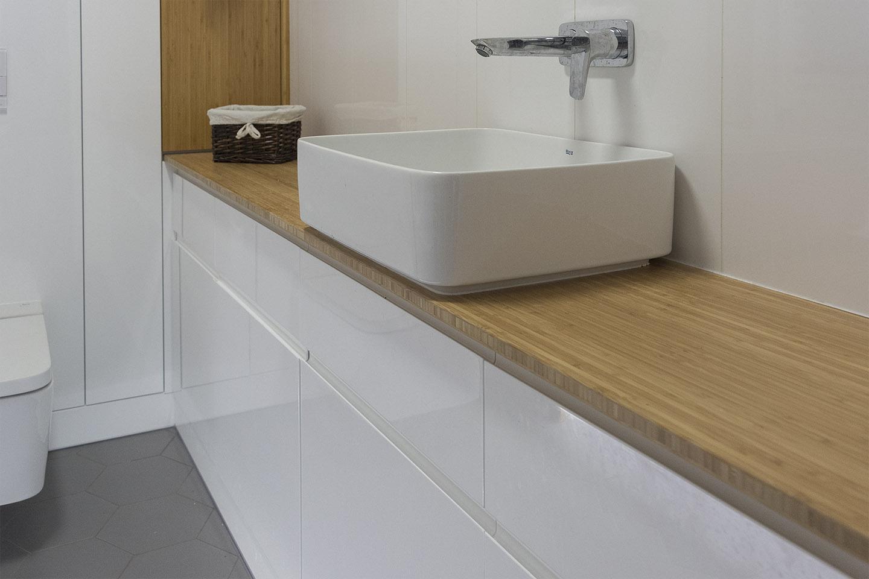 Białe Meble Do łazienki Z Blatem Z Drewna Komodo