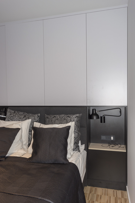 Białe meble do sypialni z zabudowa łóżka - Komodo