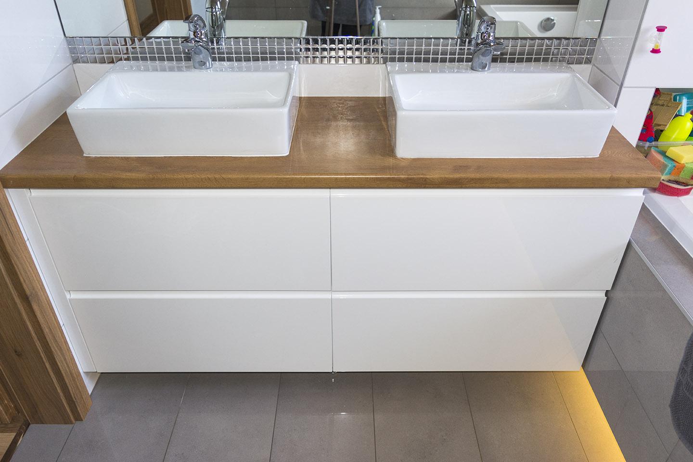 Białe Szafki łazienkowe Z Drewnianym Blatem Komodo